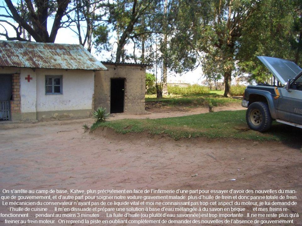 On s'arrête au camp de base, Katwe, plus précisément en face de l'infirmerie d'une part pour essayer d'avoir des nouvelles du man-que de gouvernement, et d'autre part pour soigner notre voiture gravement malade: plus d'huile de frein et donc panne totale de frein.
