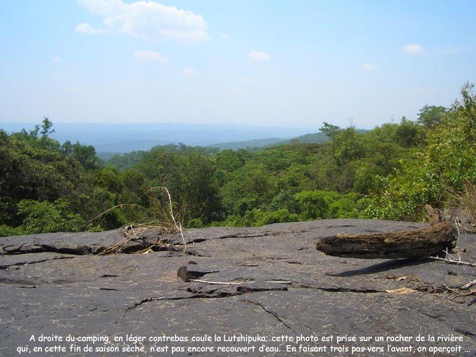 A droite du camping, en léger contrebas coule la Lutshipuka; cette photo est prise sur un rocher de la rivière