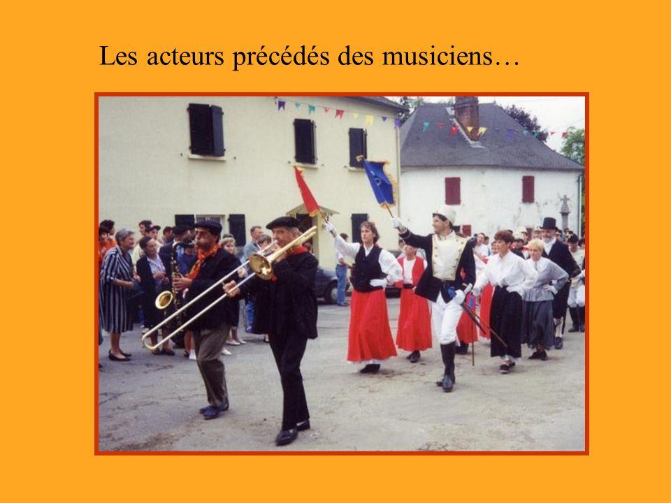 Les acteurs précédés des musiciens…