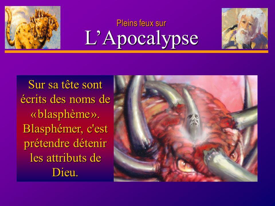 Pleins feux surL'Apocalypse.Sur sa tête sont écrits des noms de « blasphème ».
