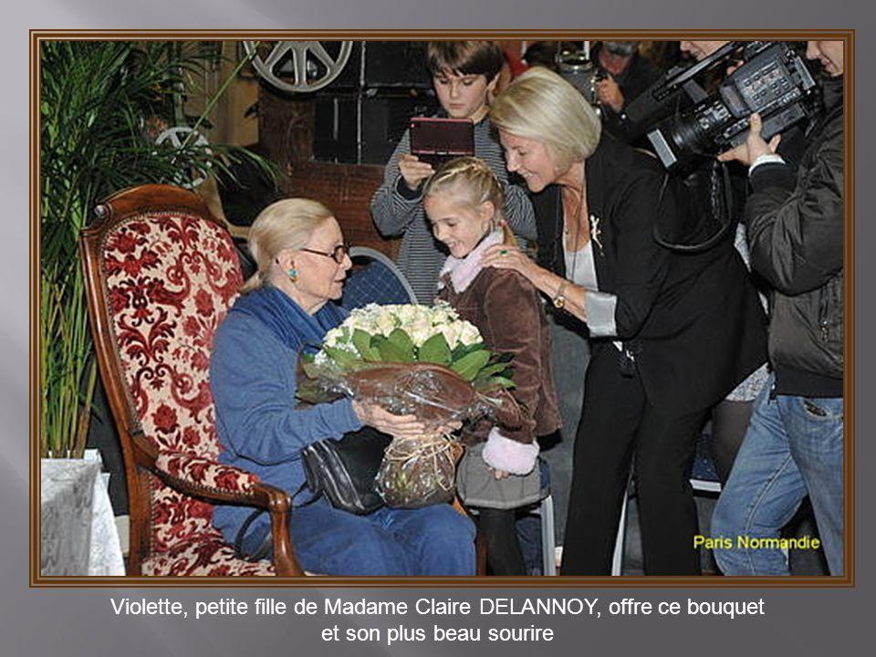 Violette, petite fille de Madame Claire DELANNOY, offre ce bouquet
