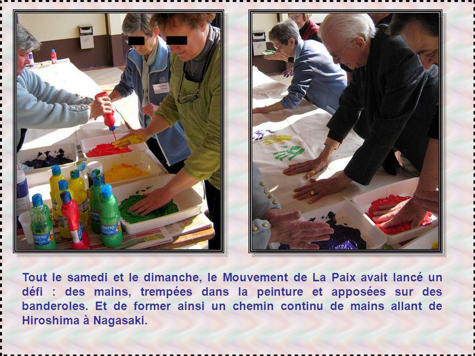 Tout le samedi et le dimanche, le Mouvement de La Paix avait lancé un défi : des mains, trempées dans la peinture et apposées sur des banderoles.