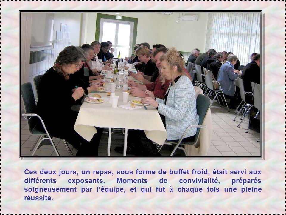 Ces deux jours, un repas, sous forme de buffet froid, était servi aux différents exposants.