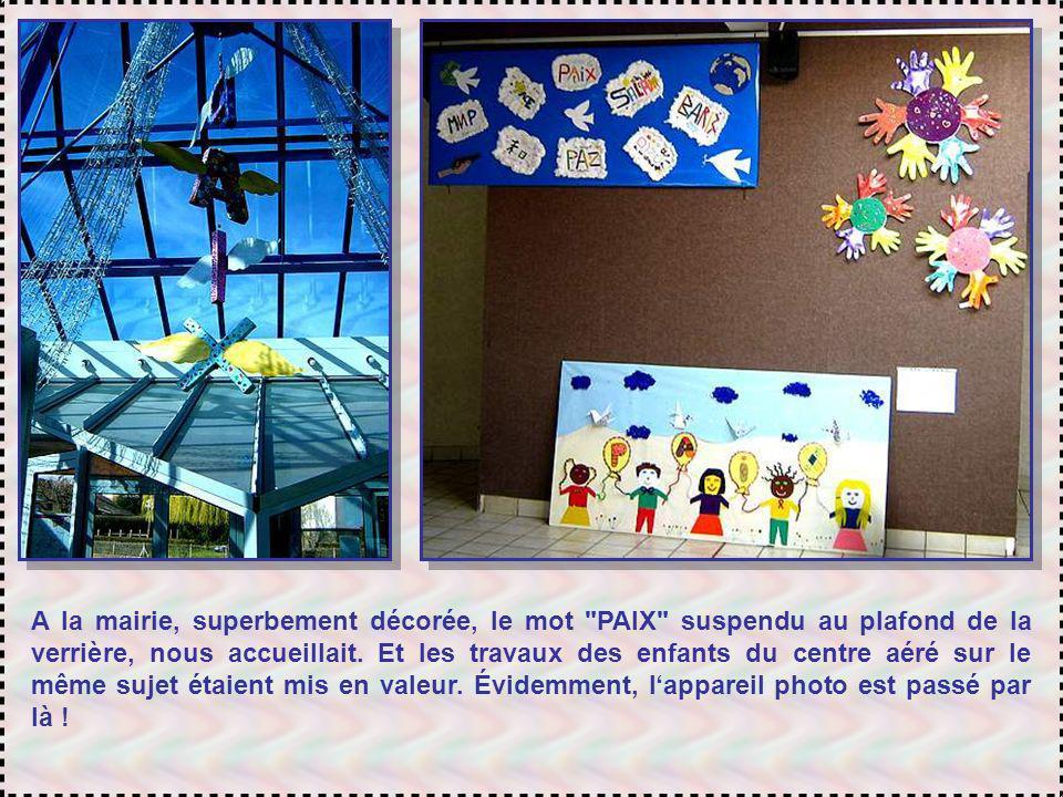 A la mairie, superbement décorée, le mot PAIX suspendu au plafond de la verrière, nous accueillait.