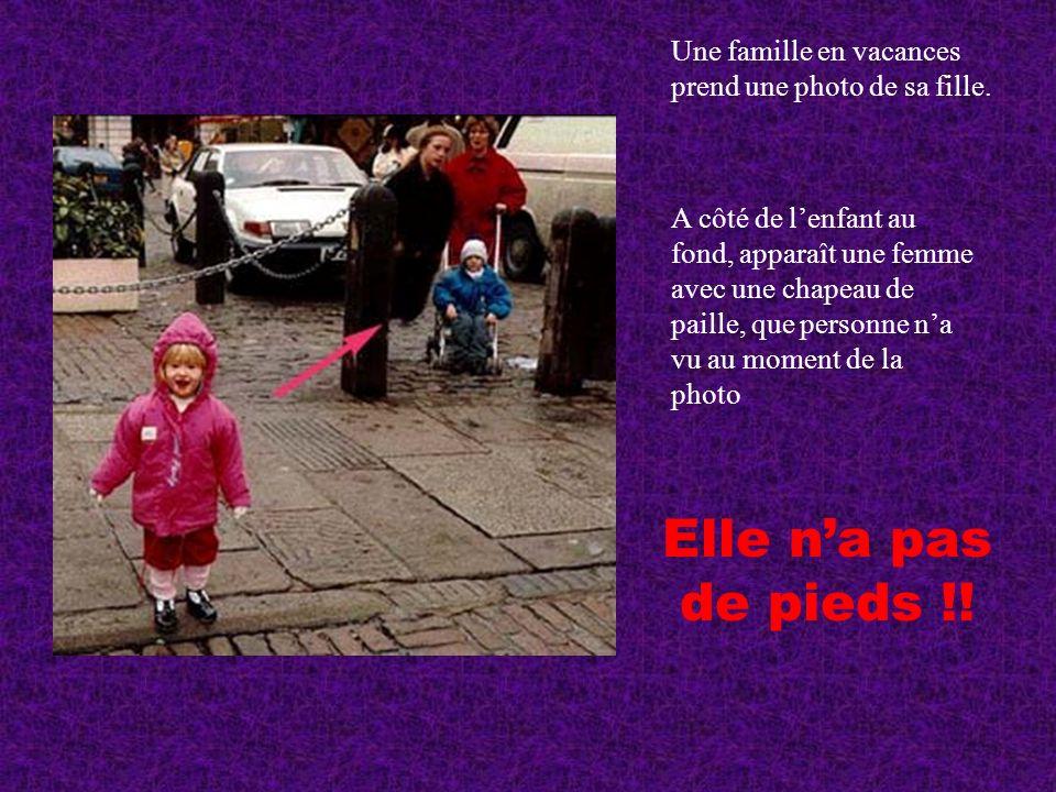 Une famille en vacances prend une photo de sa fille.