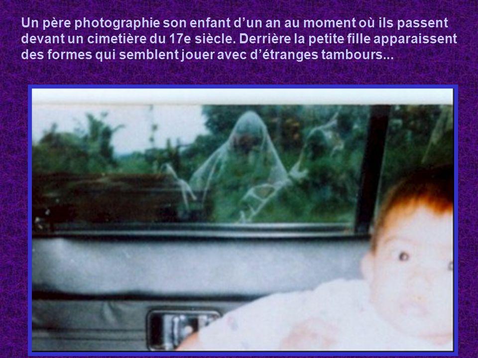 Un père photographie son enfant d'un an au moment où ils passent devant un cimetière du 17e siècle.