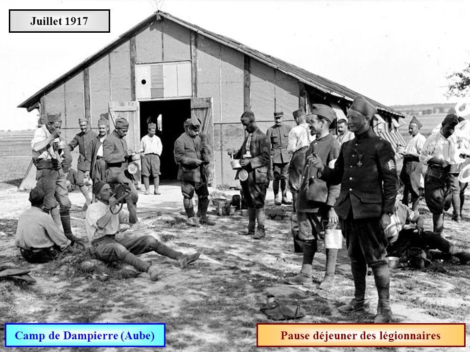 Camp de Dampierre (Aube) Pause déjeuner des légionnaires