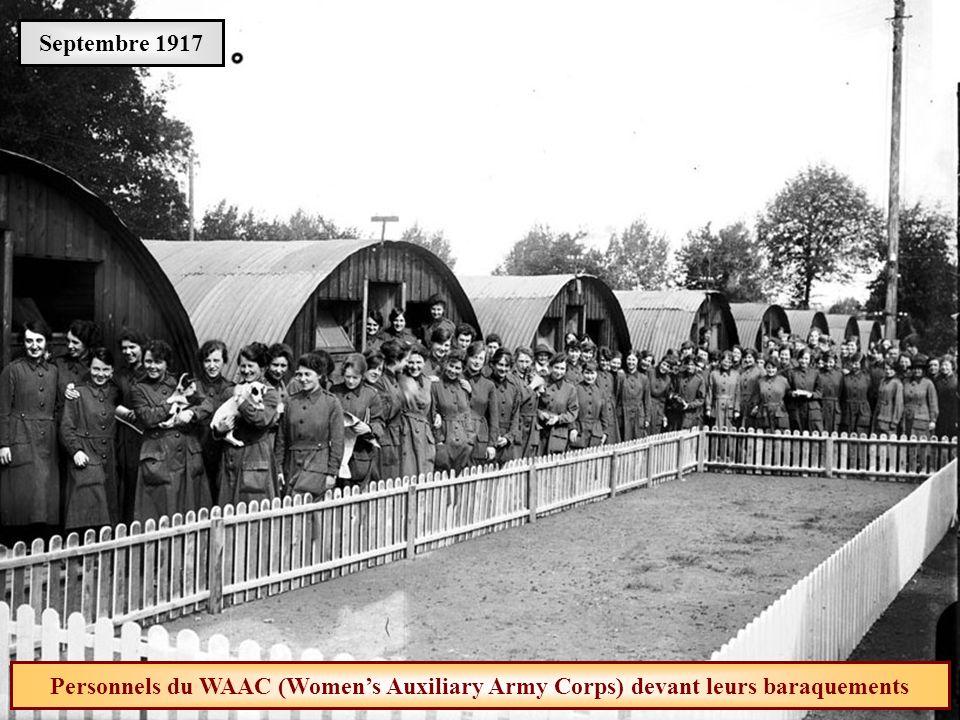 Septembre 1917 Personnels du WAAC (Women's Auxiliary Army Corps) devant leurs baraquements