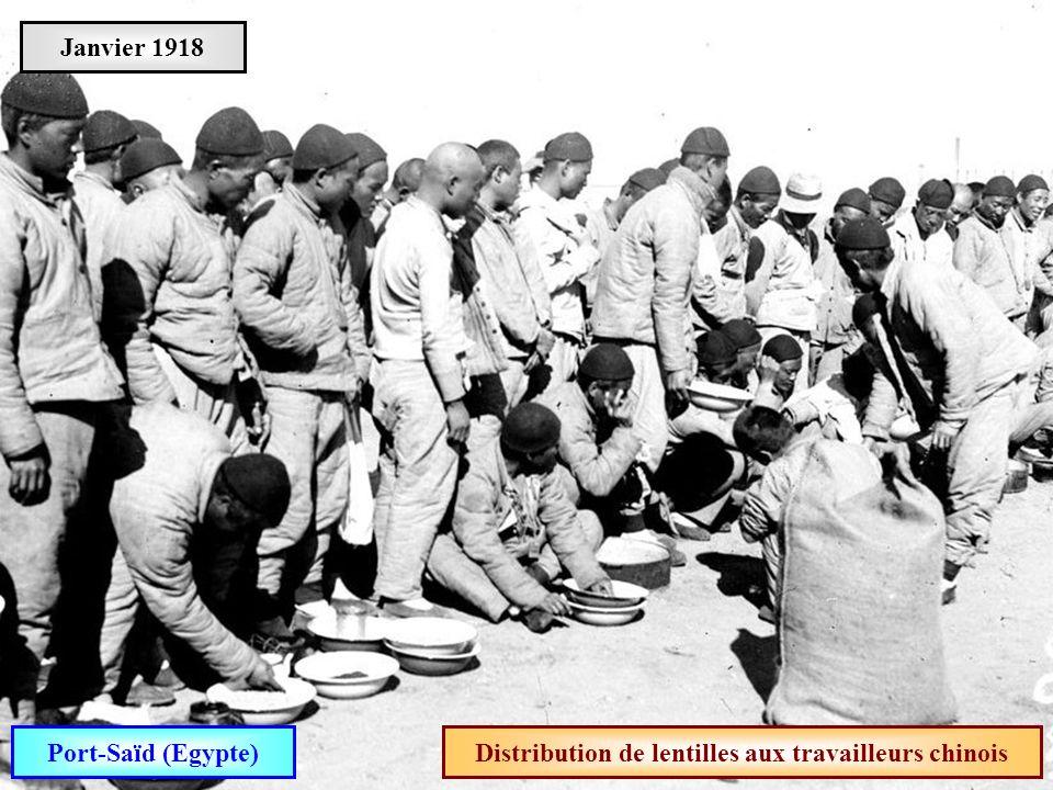 Distribution de lentilles aux travailleurs chinois