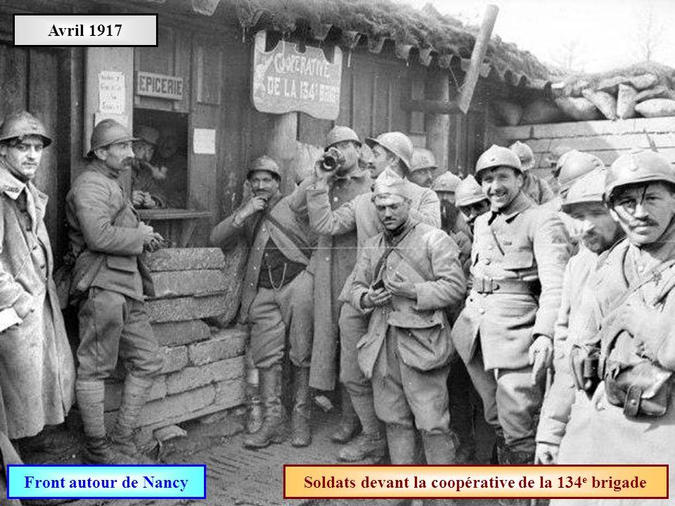 Soldats devant la coopérative de la 134e brigade