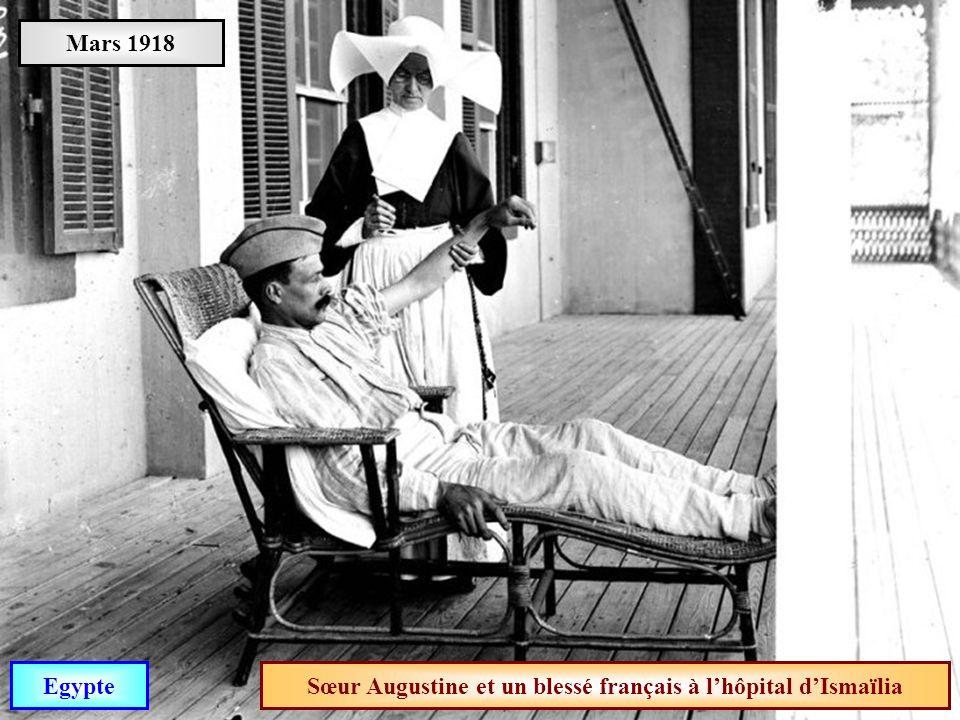 Sœur Augustine et un blessé français à l'hôpital d'Ismaïlia