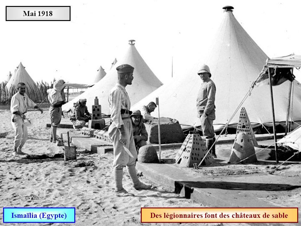 Des légionnaires font des châteaux de sable