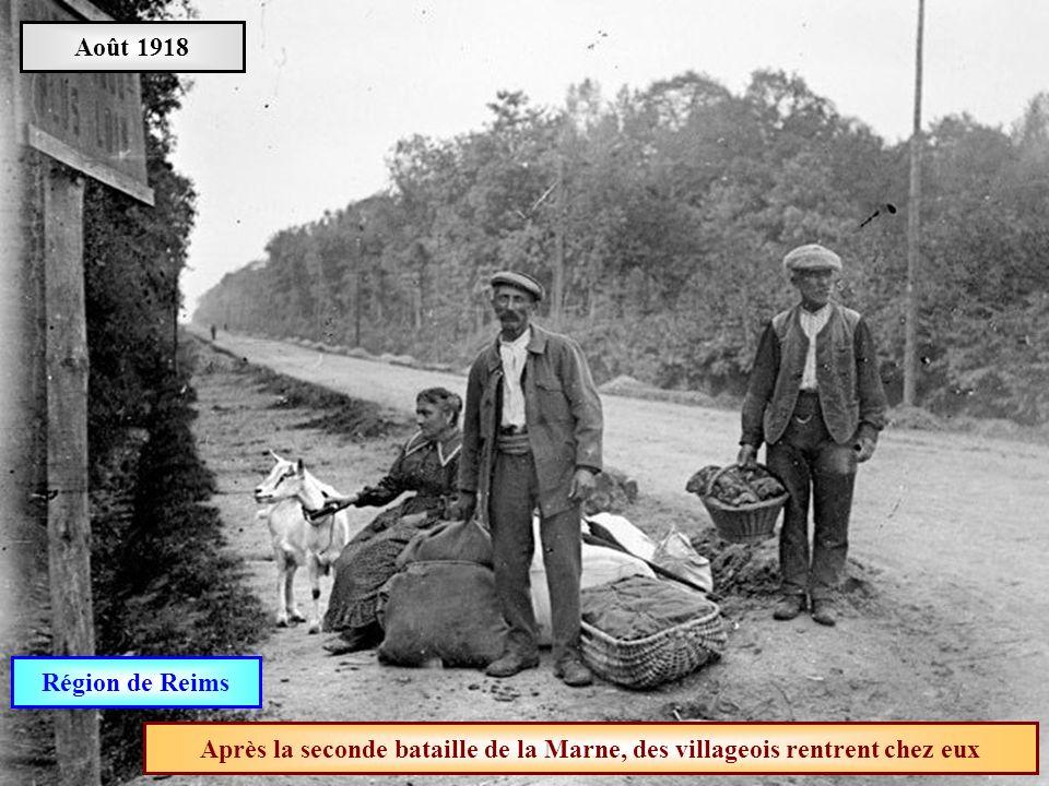 Août 1918 Région de Reims Après la seconde bataille de la Marne, des villageois rentrent chez eux