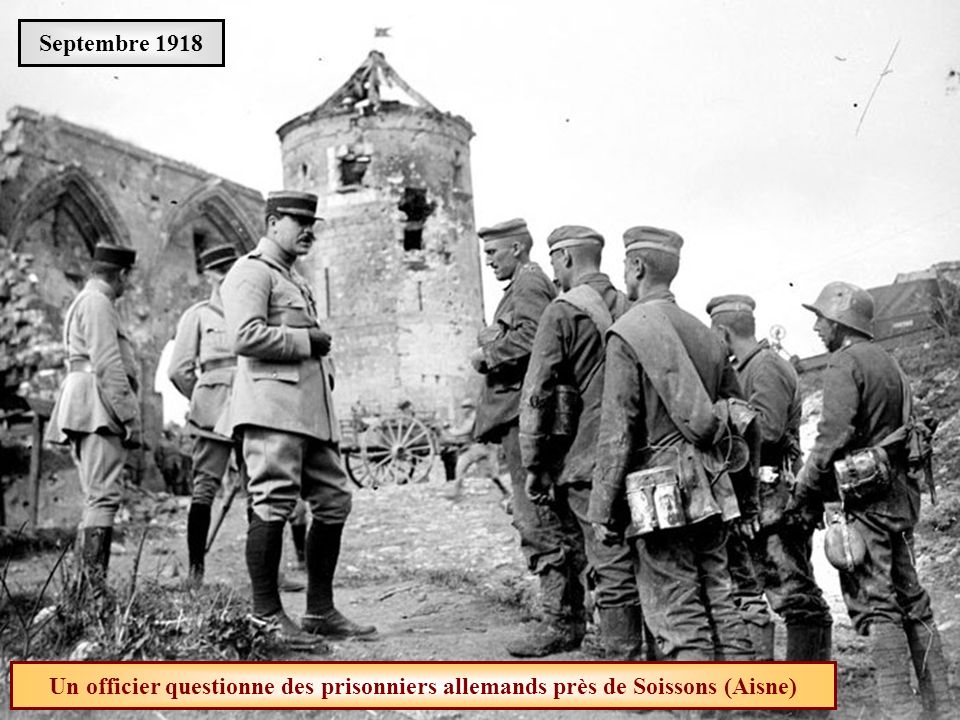 Septembre 1918 Un officier questionne des prisonniers allemands près de Soissons (Aisne)