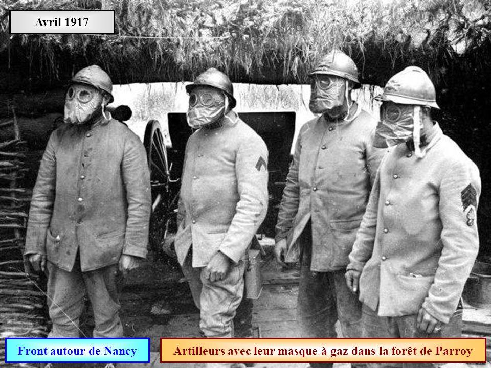 Artilleurs avec leur masque à gaz dans la forêt de Parroy