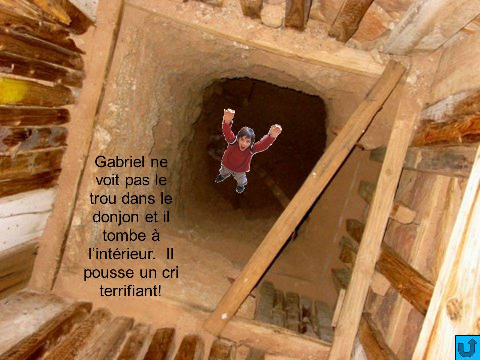 Gabriel ne voit pas le trou dans le donjon et il tombe à l'intérieur