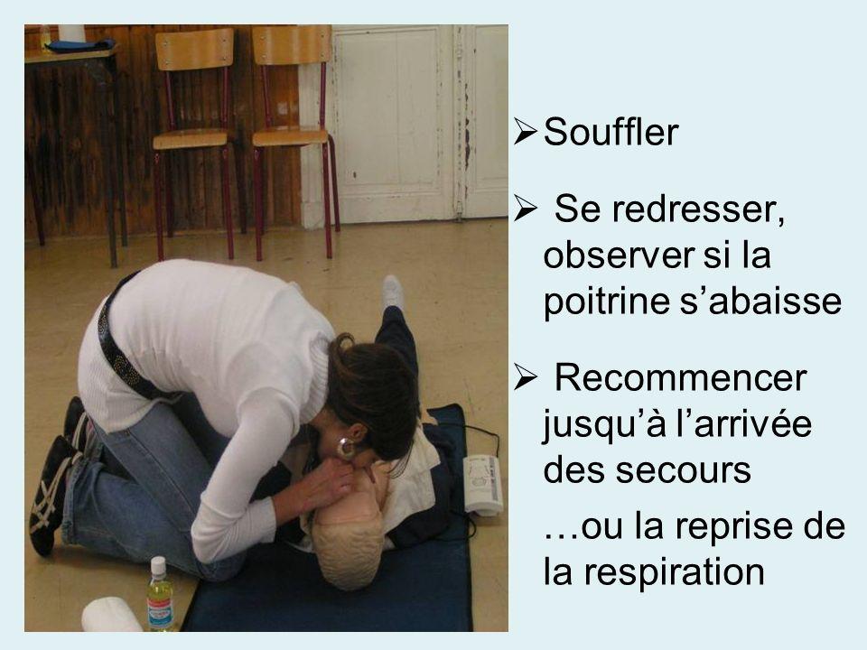 Souffler Se redresser, observer si la poitrine s'abaisse. Recommencer jusqu'à l'arrivée des secours.