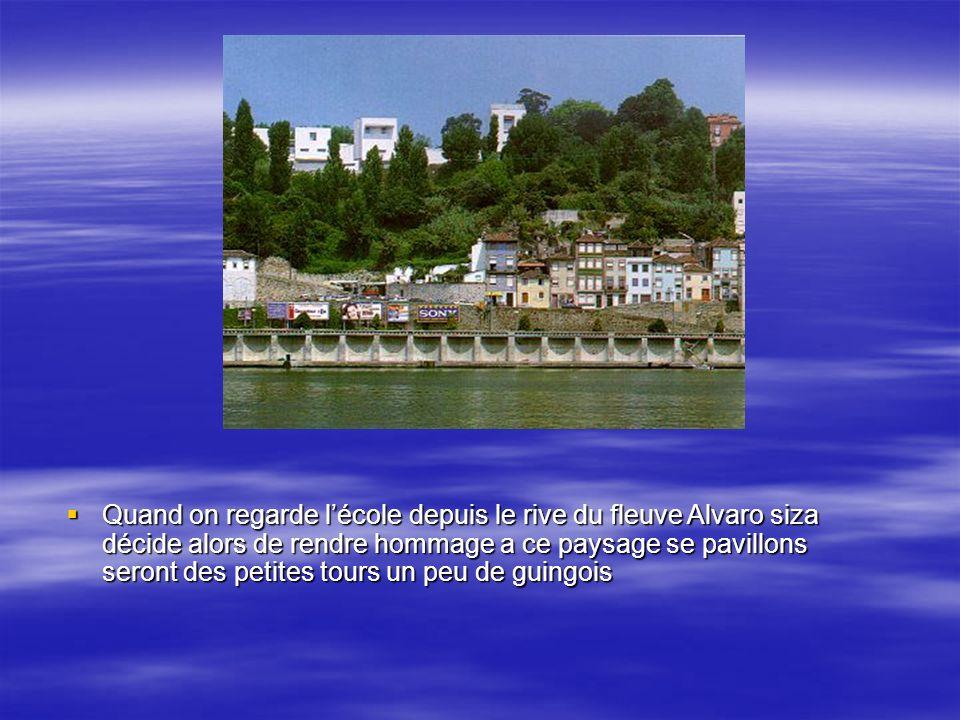 Quand on regarde l'école depuis le rive du fleuve Alvaro siza décide alors de rendre hommage a ce paysage se pavillons seront des petites tours un peu de guingois