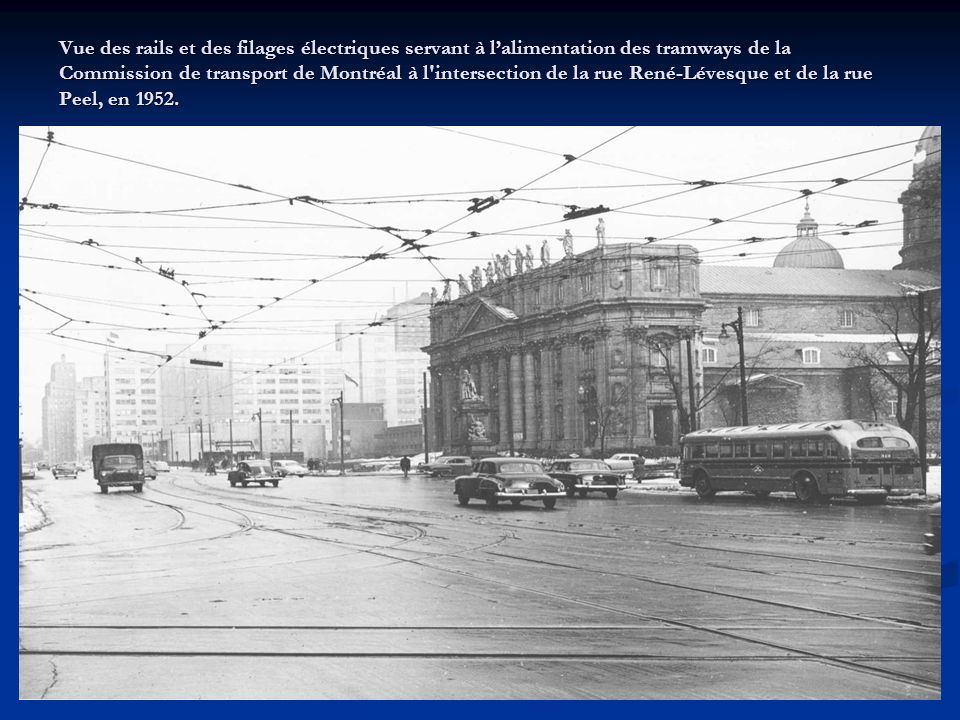 Vue des rails et des filages électriques servant à l'alimentation des tramways de la Commission de transport de Montréal à l intersection de la rue René-Lévesque et de la rue Peel, en 1952.