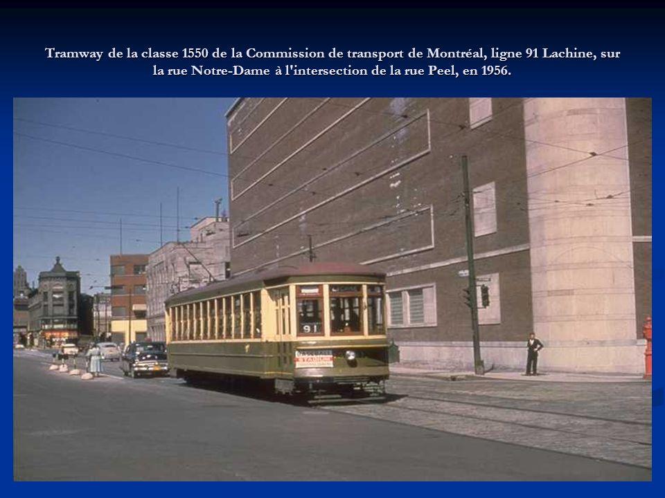 Tramway de la classe 1550 de la Commission de transport de Montréal, ligne 91 Lachine, sur la rue Notre-Dame à l intersection de la rue Peel, en 1956.
