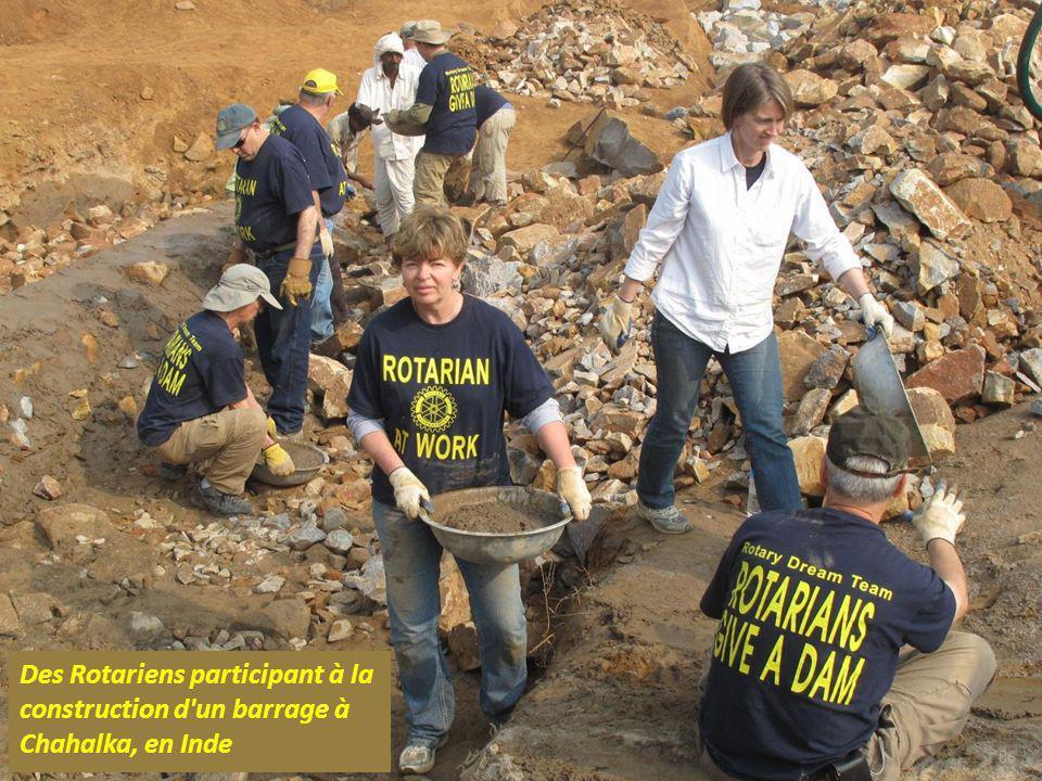 Des Rotariens participant à la construction d un barrage à Chahalka, en Inde
