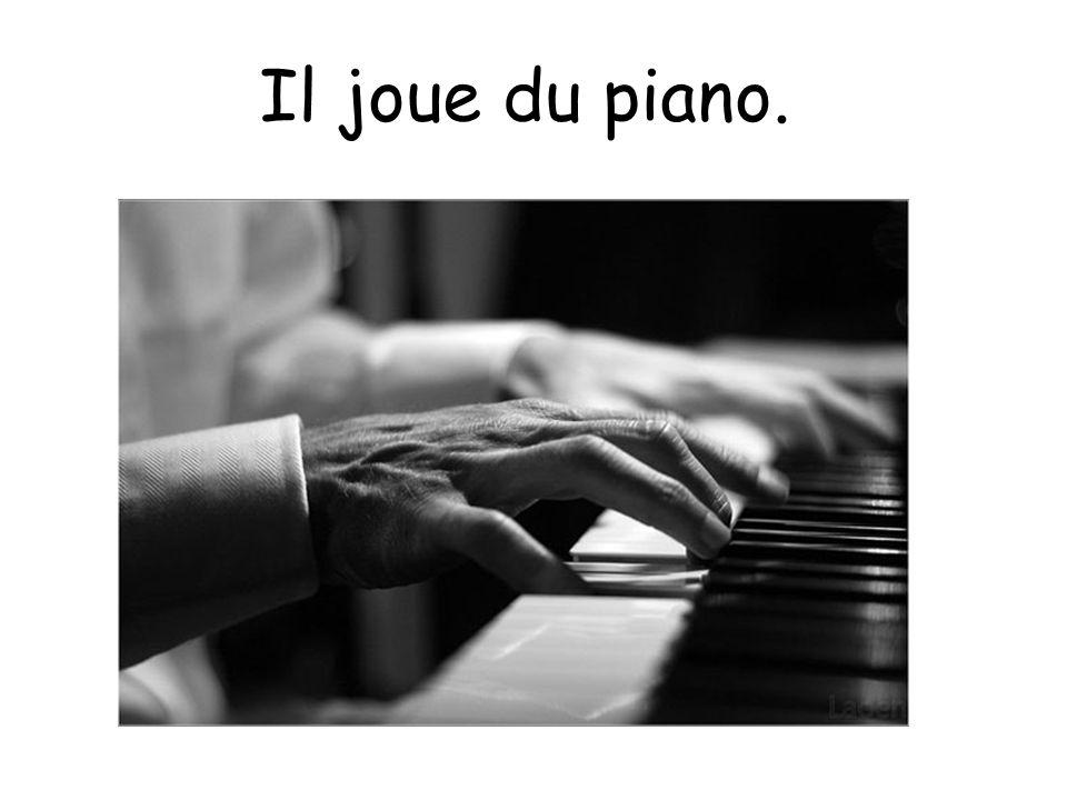 Il joue du piano.