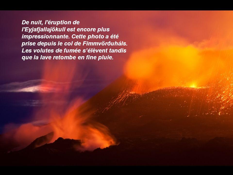 De nuit, l éruption de l Eyjafjallajökull est encore plus impressionnante.