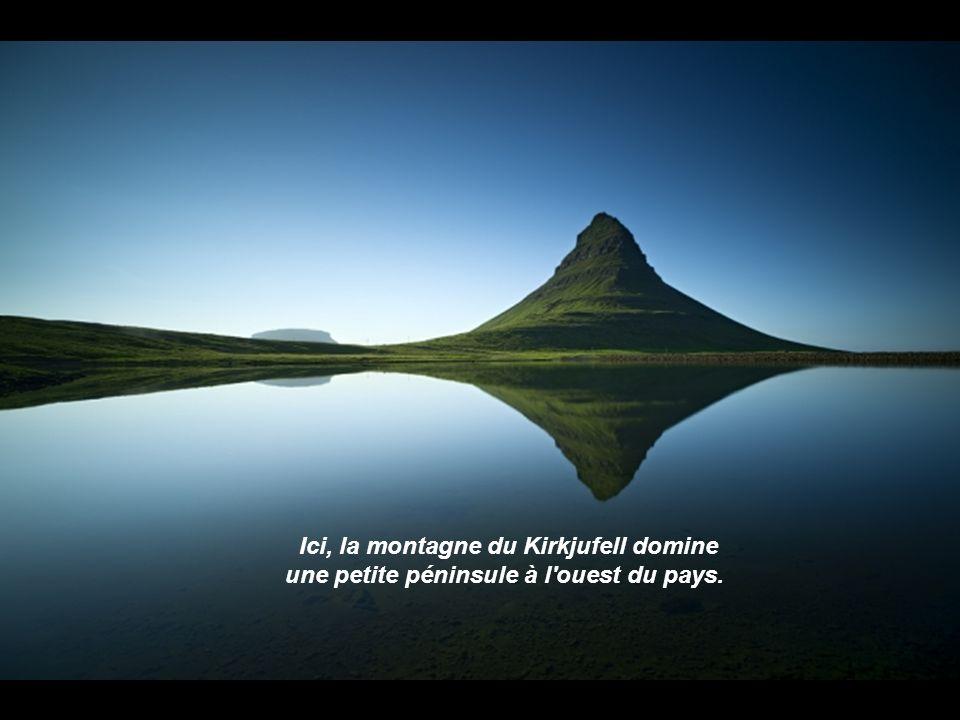 Ici, la montagne du Kirkjufell domine une petite péninsule à l ouest du pays.