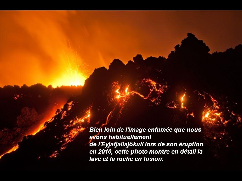 Bien loin de l image enfumée que nous avons habituellement de l Eyjafjallajökull lors de son éruption en 2010, cette photo montre en détail la lave et la roche en fusion.