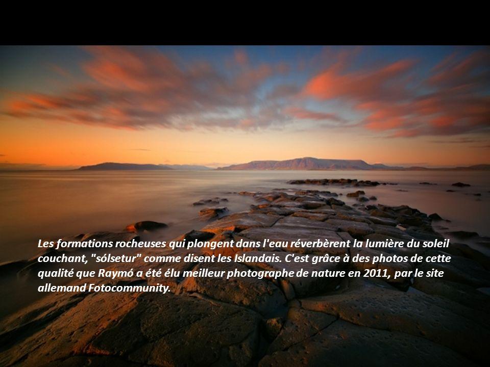 Les formations rocheuses qui plongent dans l eau réverbèrent la lumière du soleil couchant, sólsetur comme disent les Islandais.