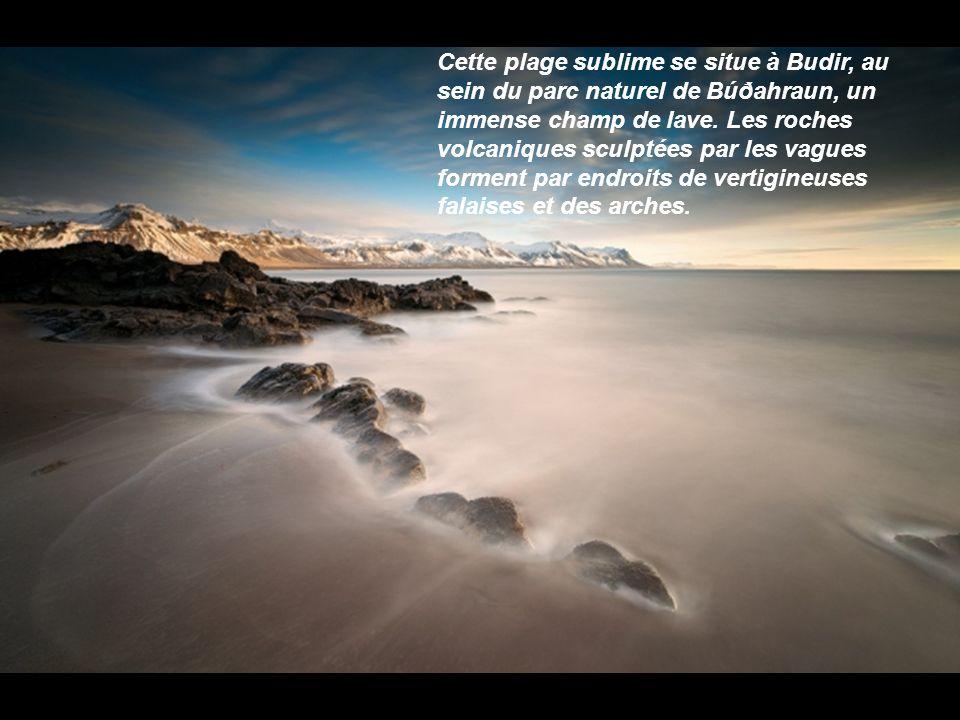 Cette plage sublime se situe à Budir, au sein du parc naturel de Búðahraun, un immense champ de lave.