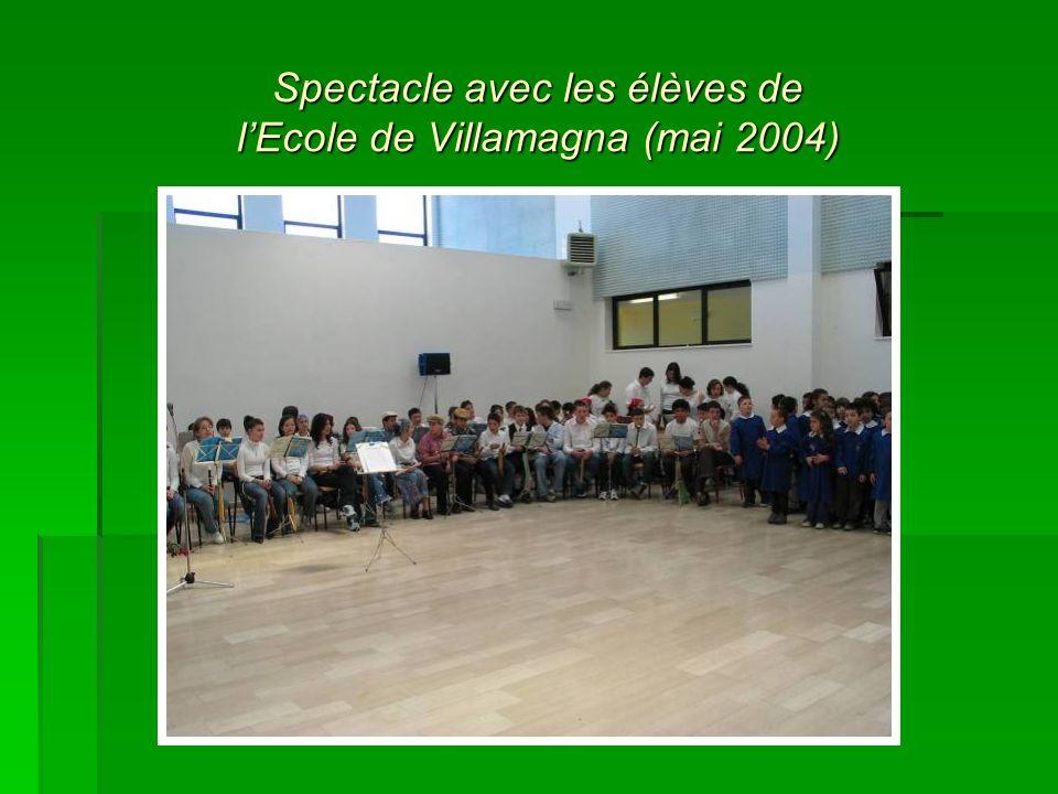 Spectacle avec les élèves de l'Ecole de Villamagna (mai 2004)