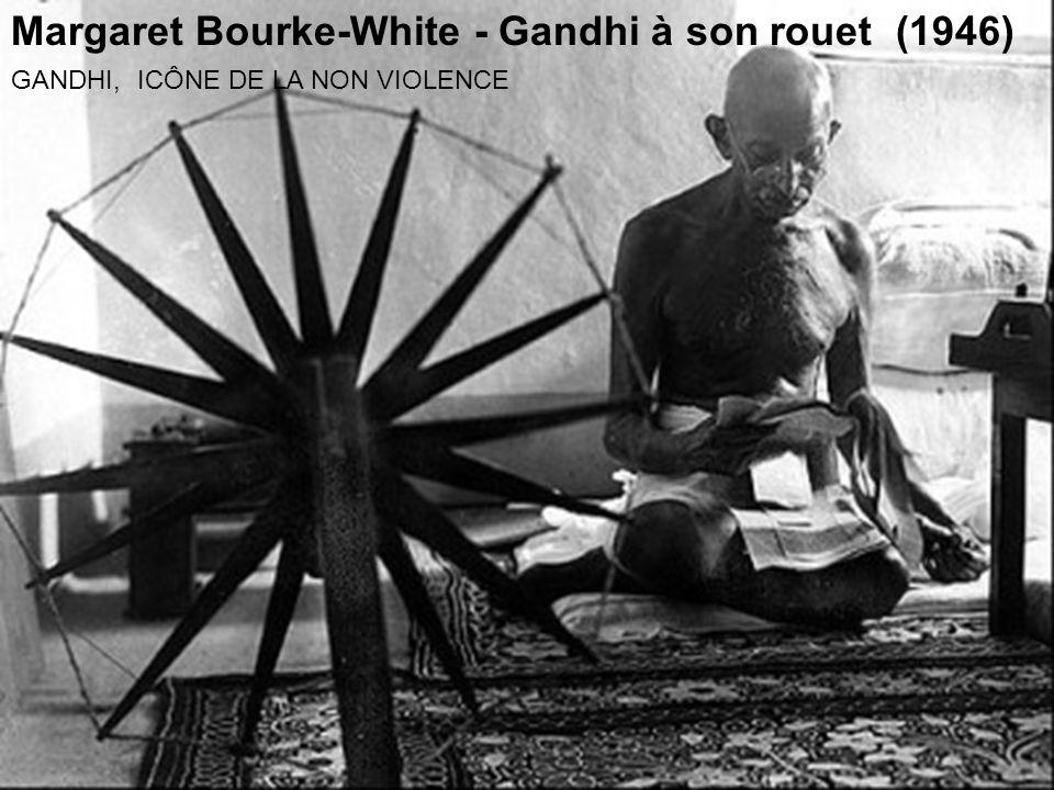 Margaret Bourke-White - Gandhi à son rouet (1946)