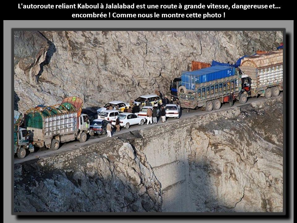 L autoroute reliant Kaboul à Jalalabad est une route à grande vitesse, dangereuse et...