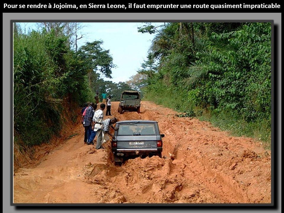 Pour se rendre à Jojoima, en Sierra Leone, il faut emprunter une route quasiment impraticable
