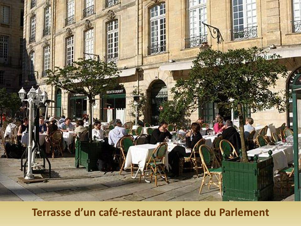 Terrasse d'un café-restaurant place du Parlement