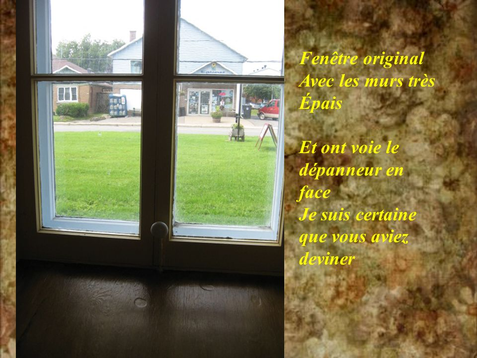 Fenêtre original Avec les murs très. Épais. Et ont voie le. dépanneur en. face. Je suis certaine.
