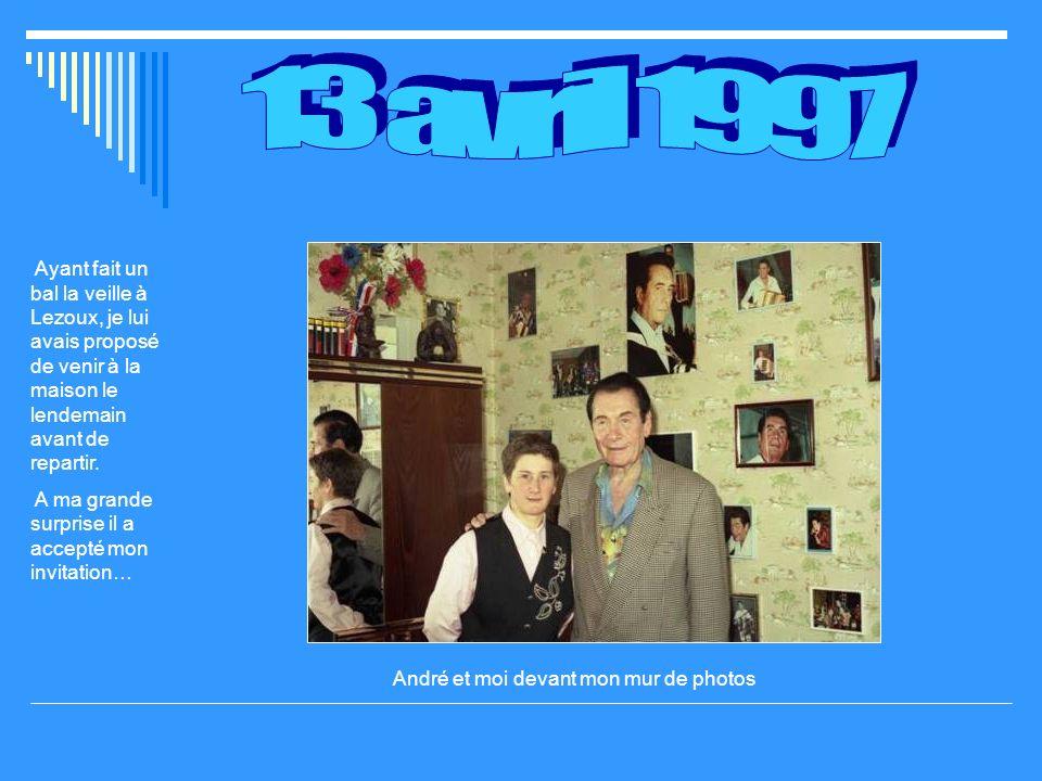 André et moi devant mon mur de photos