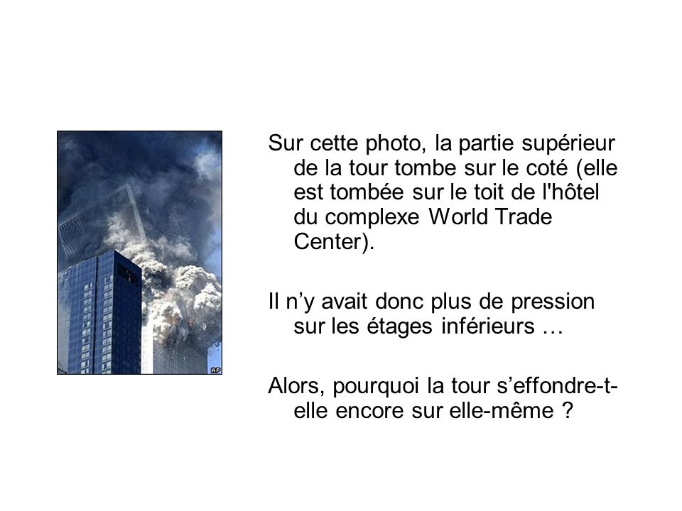 Sur cette photo, la partie supérieur de la tour tombe sur le coté (elle est tombée sur le toit de l hôtel du complexe World Trade Center).