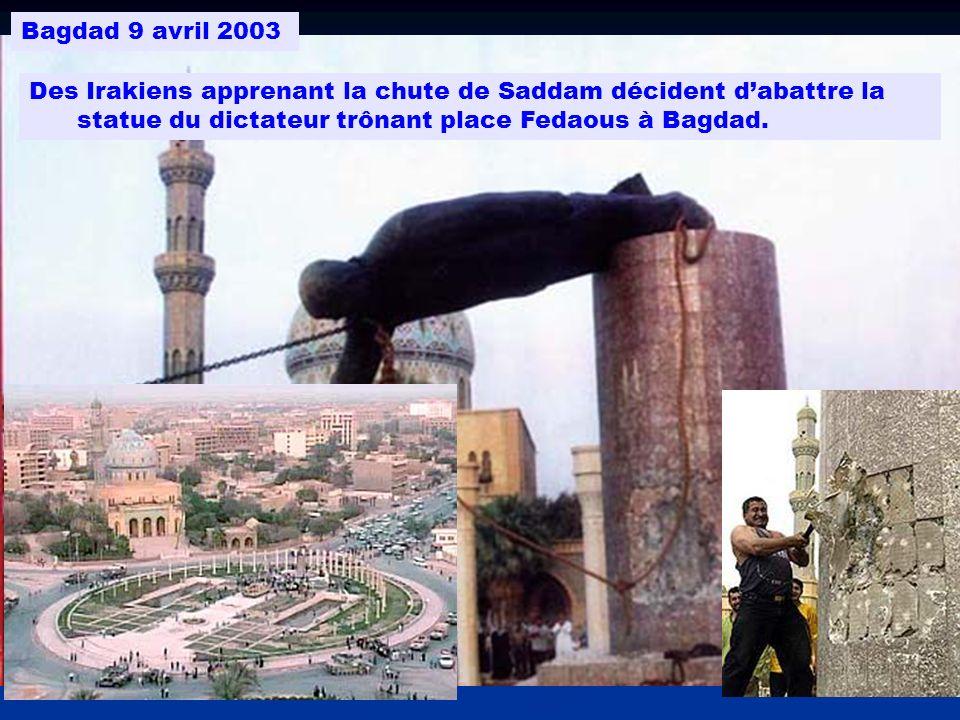 Bagdad 9 avril 2003 Des Irakiens apprenant la chute de Saddam décident d'abattre la statue du dictateur trônant place Fedaous à Bagdad.