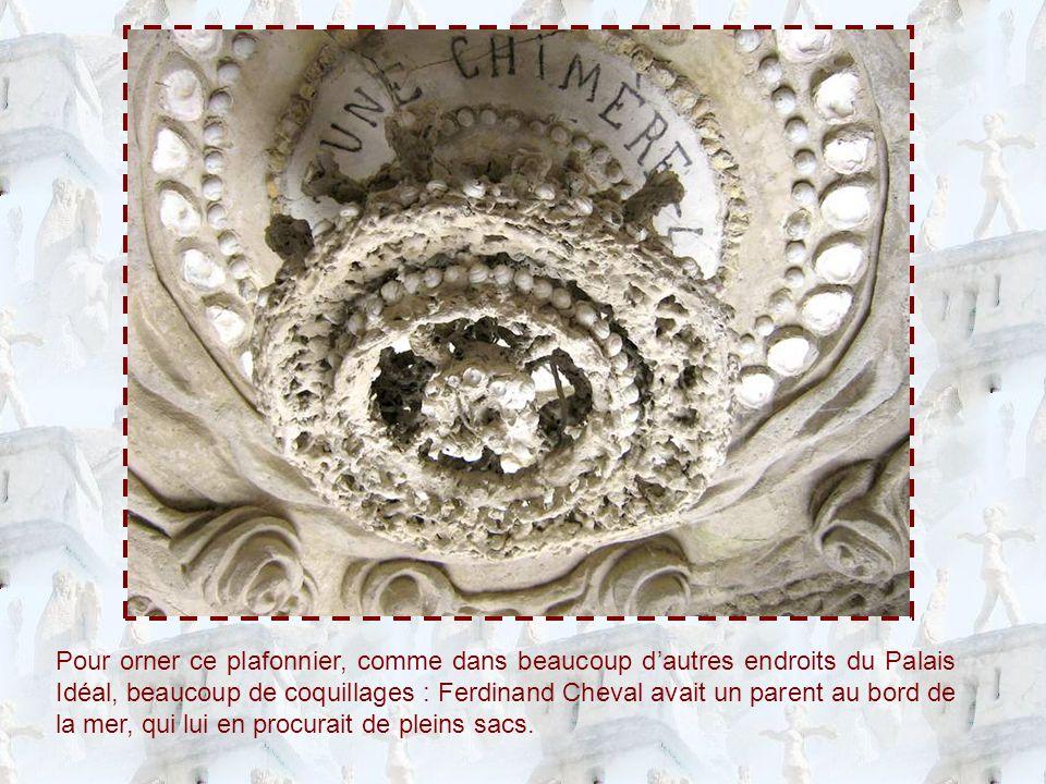 Pour orner ce plafonnier, comme dans beaucoup d'autres endroits du Palais Idéal, beaucoup de coquillages : Ferdinand Cheval avait un parent au bord de la mer, qui lui en procurait de pleins sacs.
