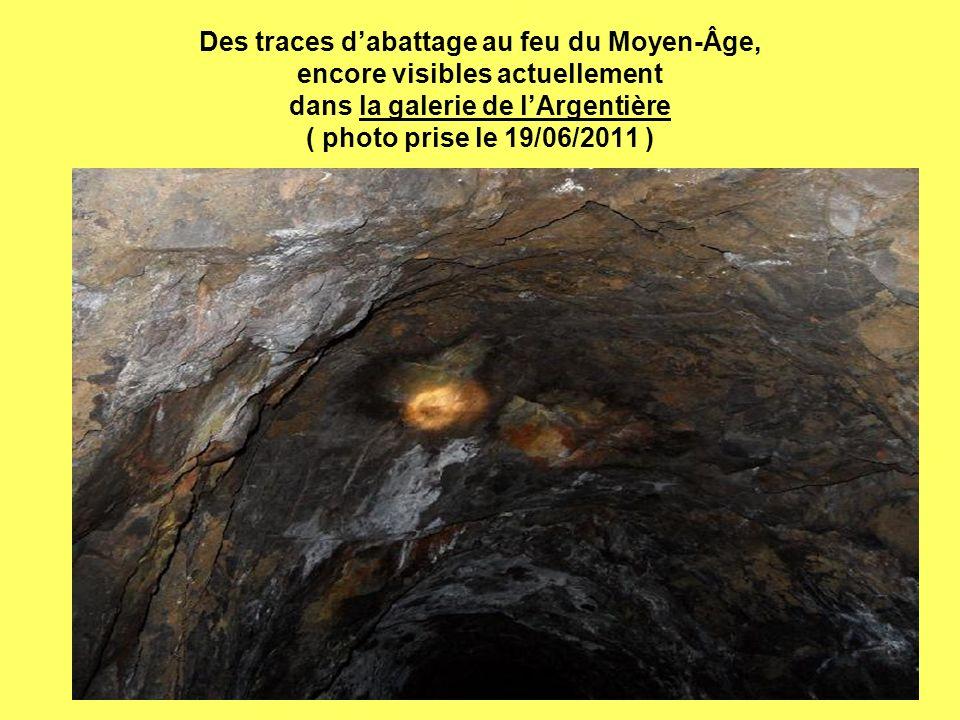 Des traces d'abattage au feu du Moyen-Âge, encore visibles actuellement dans la galerie de l'Argentière ( photo prise le 19/06/2011 )