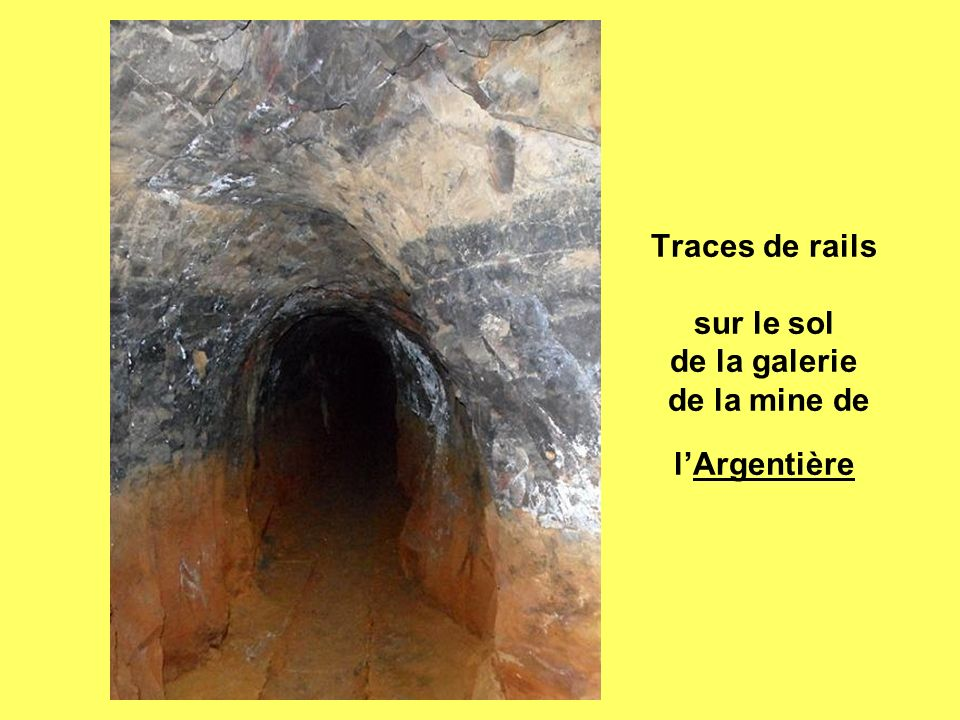 Traces de rails sur le sol de la galerie de la mine de l'Argentière