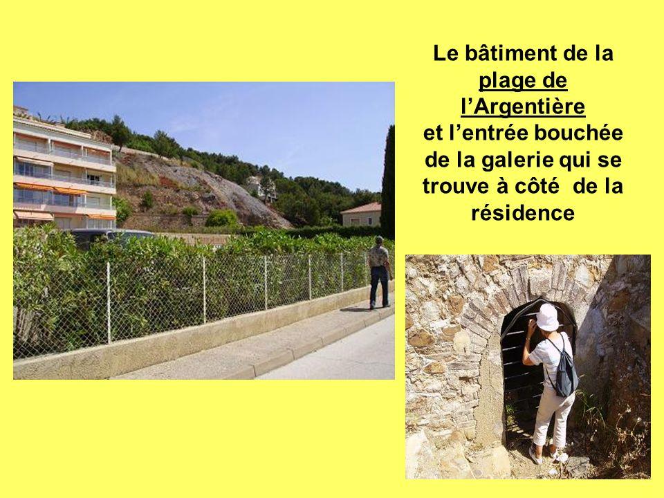 Le bâtiment de la plage de l'Argentière et l'entrée bouchée de la galerie qui se trouve à côté de la résidence