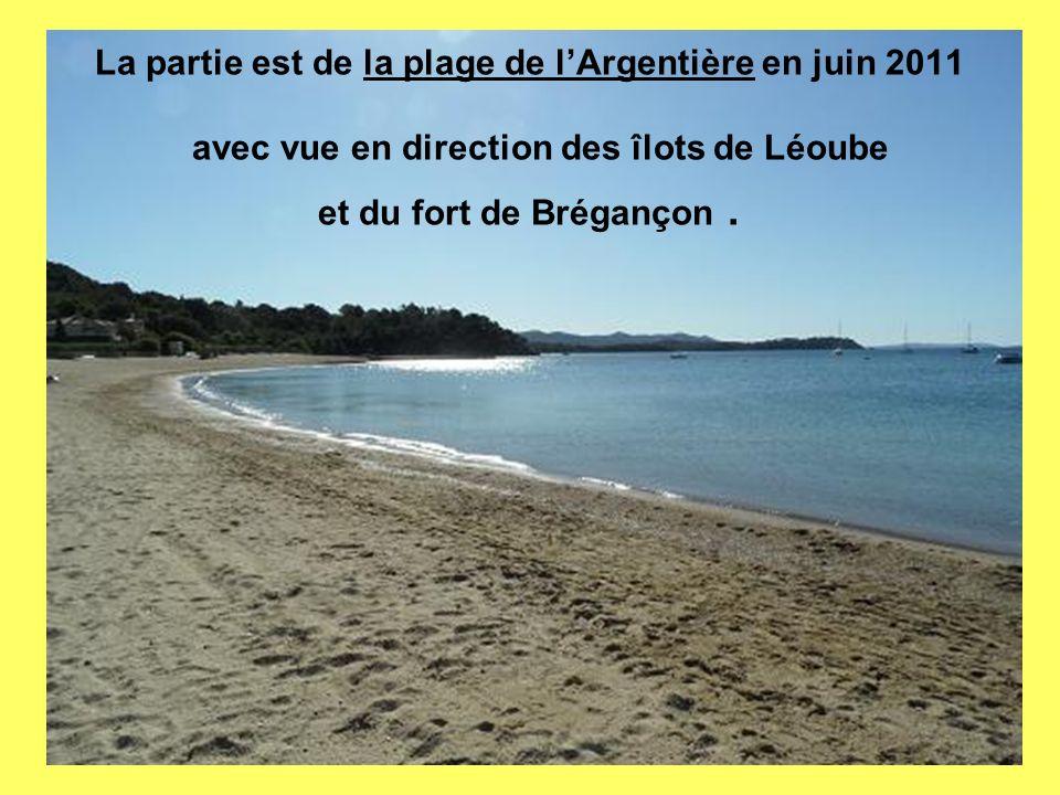 La partie est de la plage de l'Argentière en juin 2011 avec vue en direction des îlots de Léoube et du fort de Brégançon .