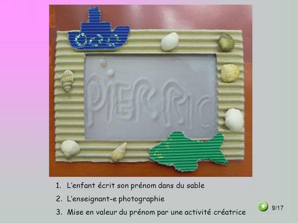 L'enfant écrit son prénom dans du sable L'enseignant-e photographie