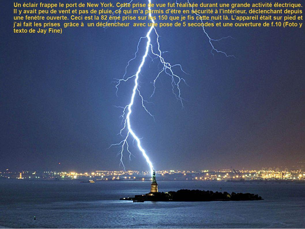 Un éclair frappe le port de New York