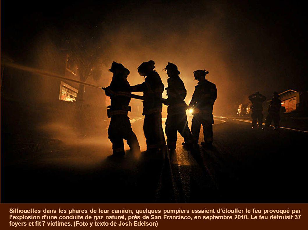 Silhouettes dans les phares de leur camion, quelques pompiers essaient d'étouffer le feu provoqué par l'explosion d'une conduite de gaz naturel, près de San Francisco, en septembre 2010.
