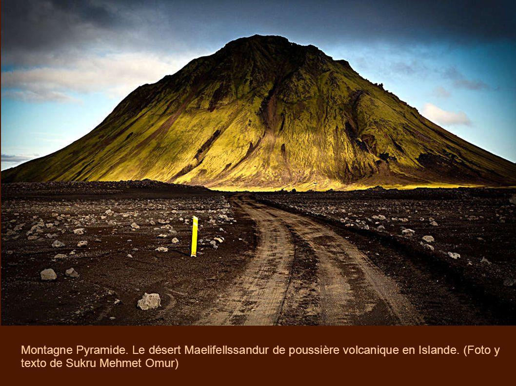 Montagne Pyramide. Le désert Maelifellssandur de poussière volcanique en Islande.