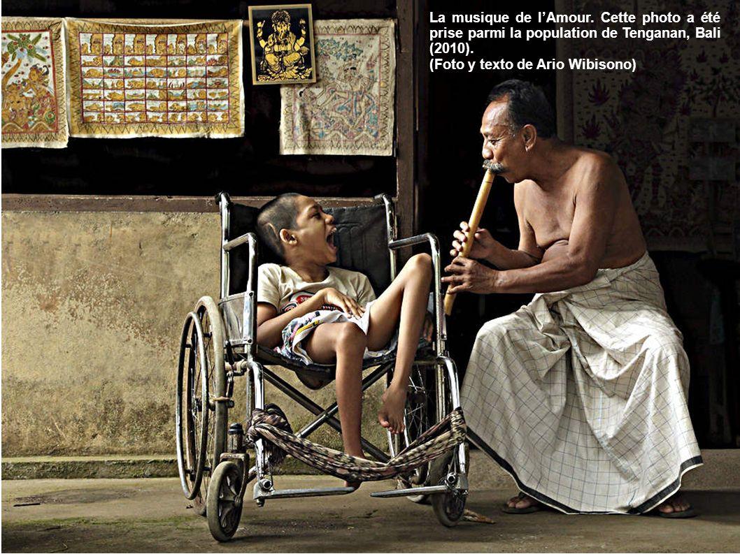 La musique de l'Amour. Cette photo a été prise parmi la population de Tenganan, Bali (2010).